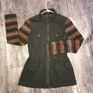 Army green:patterned sleeve jacket